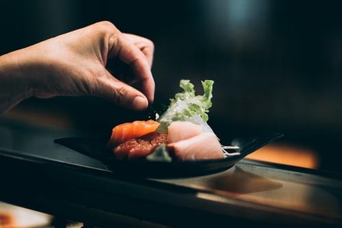 makis con huevas de salmón